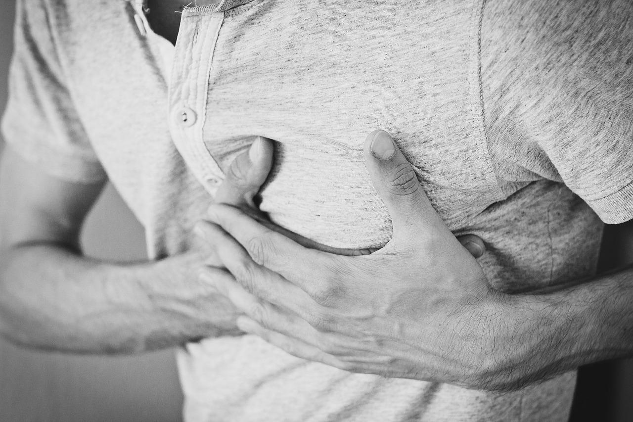 ストレスが原因なのか。心臓がチクチク痛むのは病気?理由を知りたい