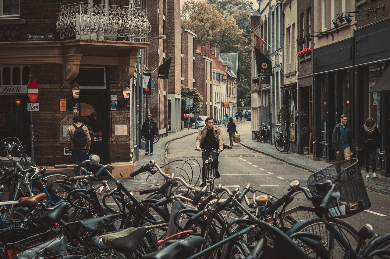 自転車で歩道を走行「右側・左側」通行はどっち?交通違反ルールは…