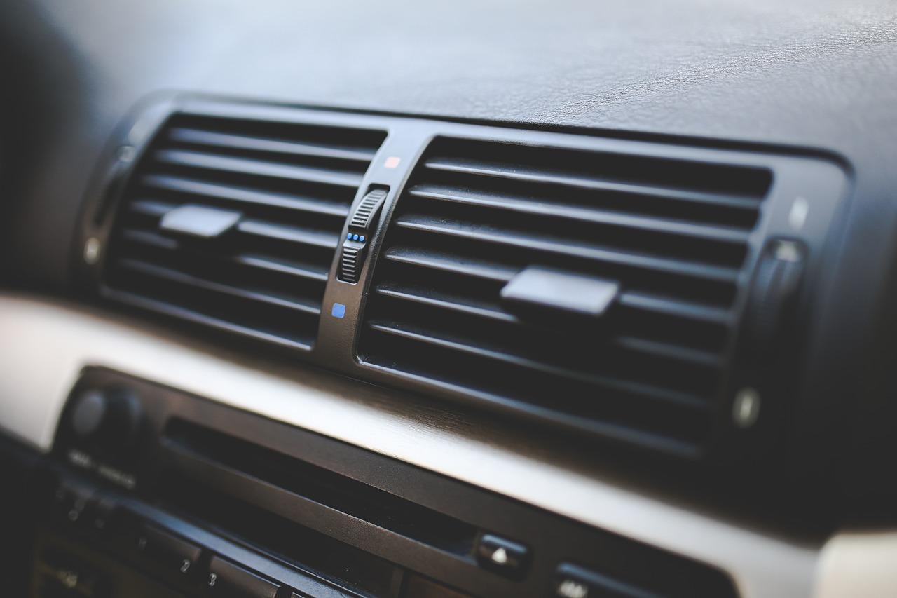 車のエアコンを上手に効率よく使うには?ポイントは「送風」