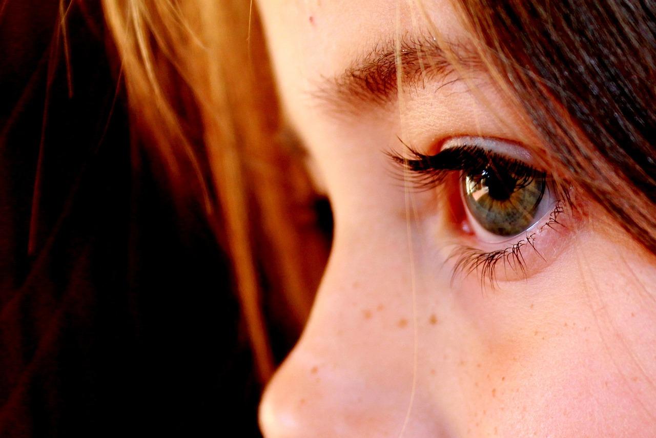 コンタクト、眼科で作るメリットは?値段はネットより高いですよね…