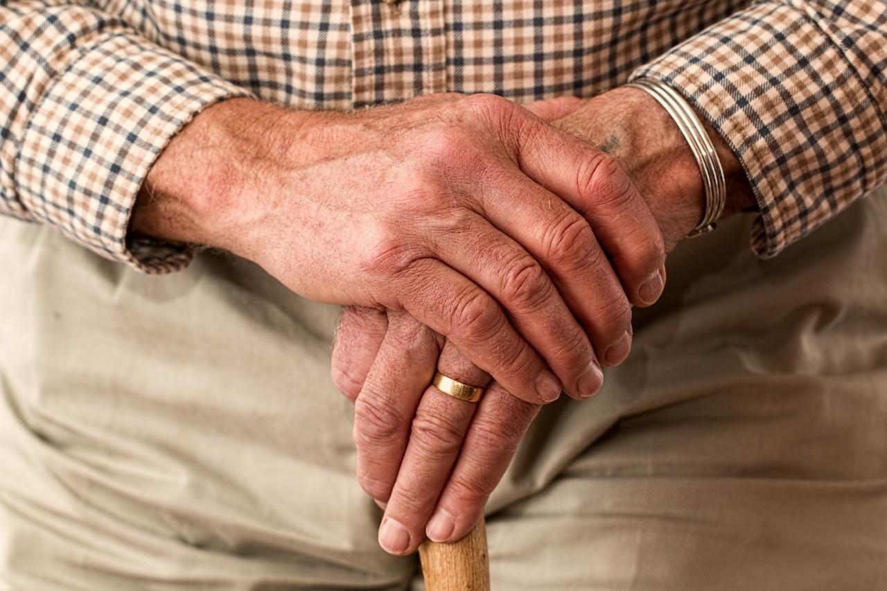 手の甲の血管が浮き出て痛い!老化のサイン?病気の可能性も?