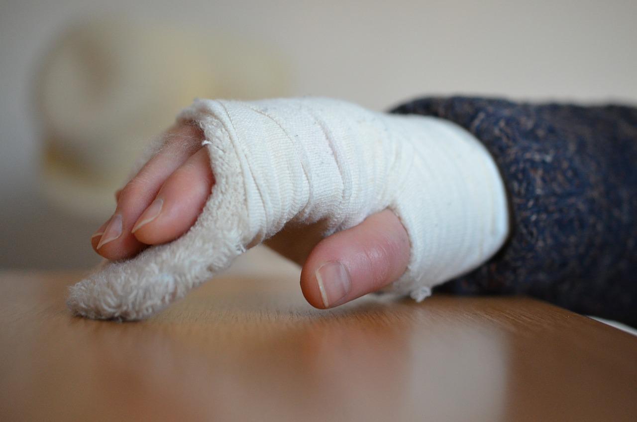 指の骨折!平均全治何ヶ月?治療方法や全治回復期間は?応急手当も