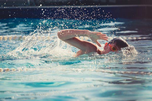 水泳のクロールを速く楽に泳ぐには?