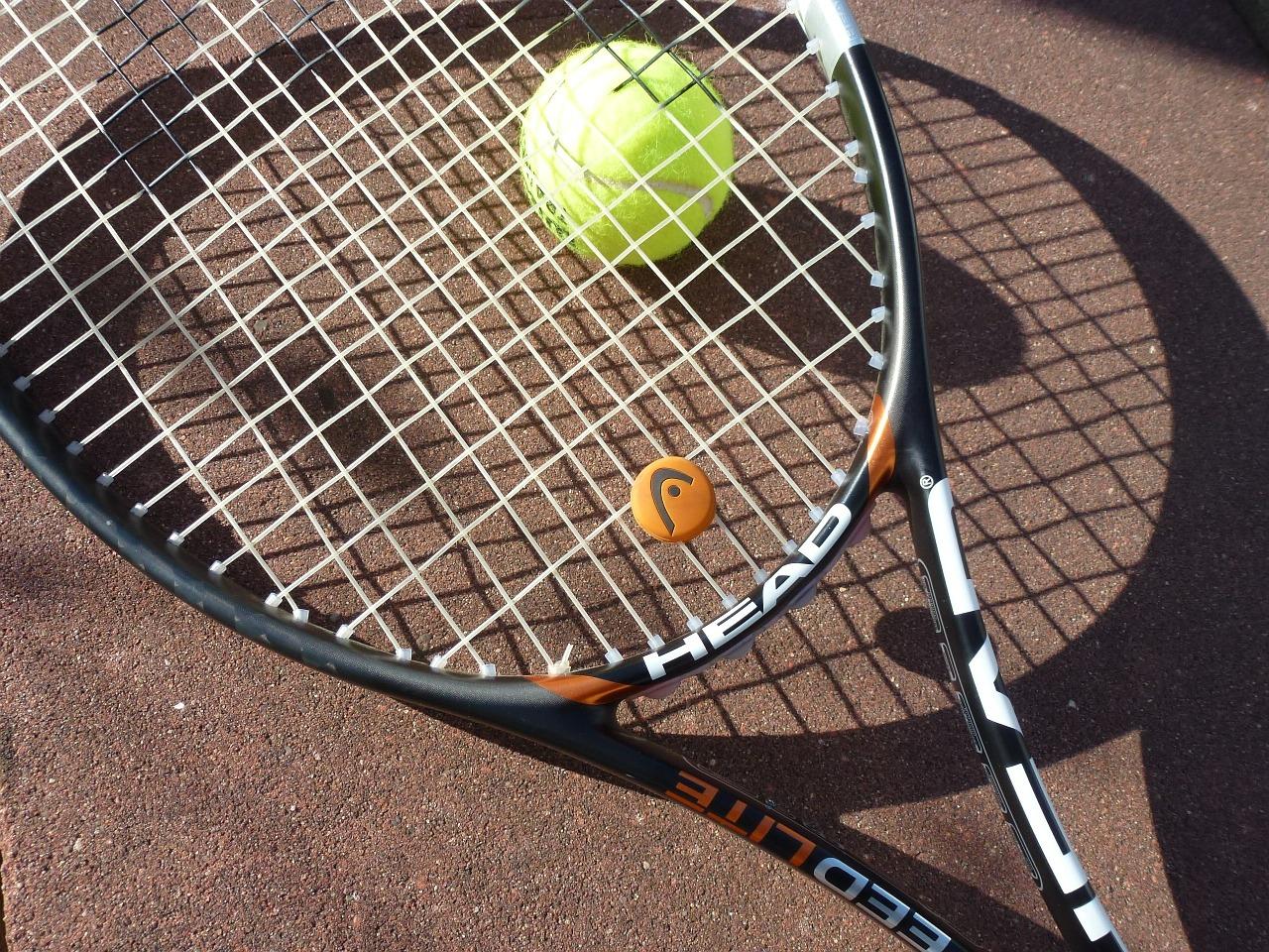 テニスの練習にゴム紐付きテニスボールは向いていない?!