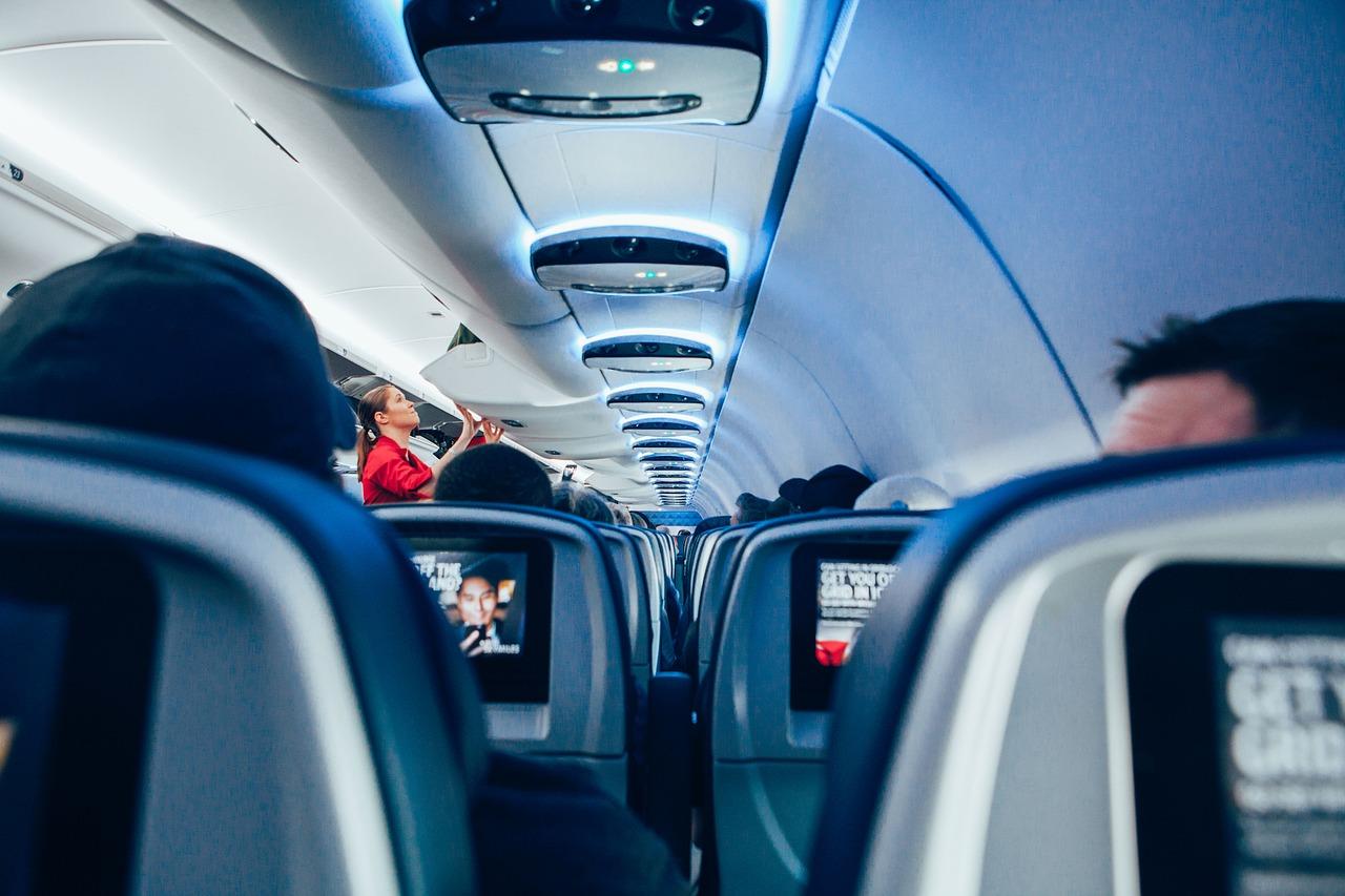 あなたは飛行機の機内に何を持ち込む?カメラ・お菓子・○○は必須?!