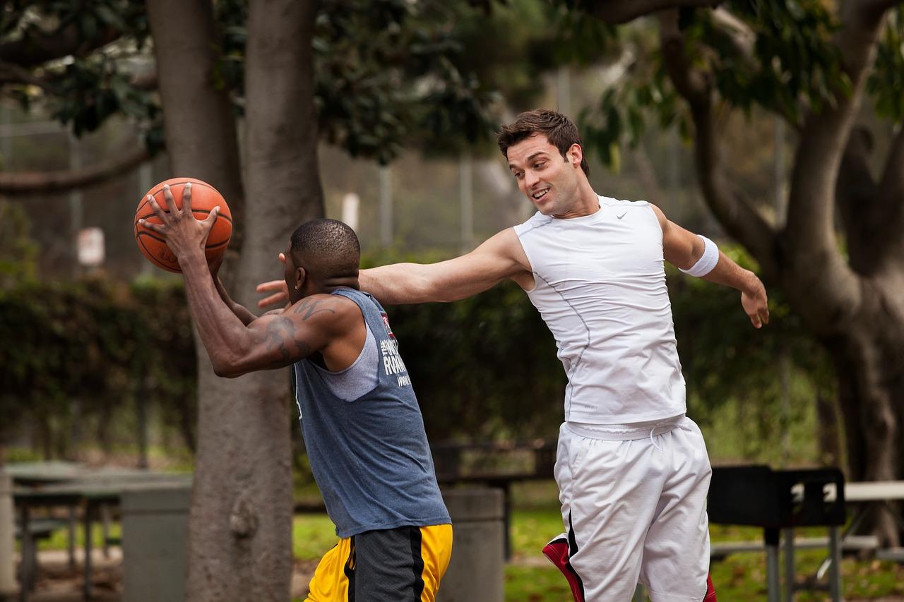 バスケが上手くなりたいキミへ、ディフェンスのコツ&テクニック解説