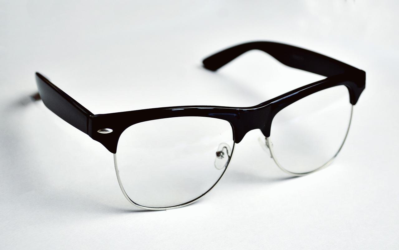 運転免許証「眼鏡等の条件」解除は可能?視力回復手術後の手続方法は
