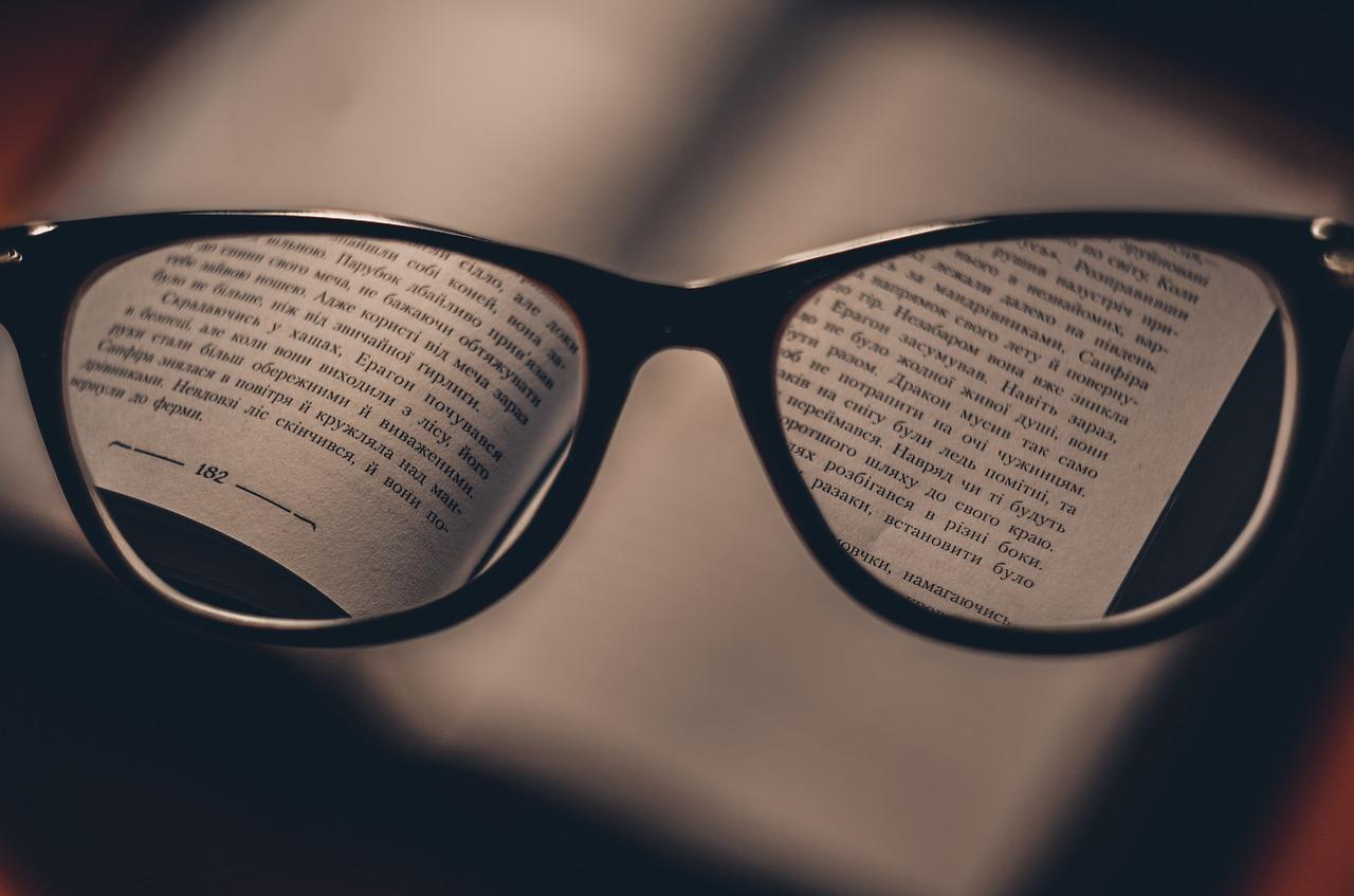 視力検査をしたら片目だけ視力低下していた!眼鏡を作るべき?