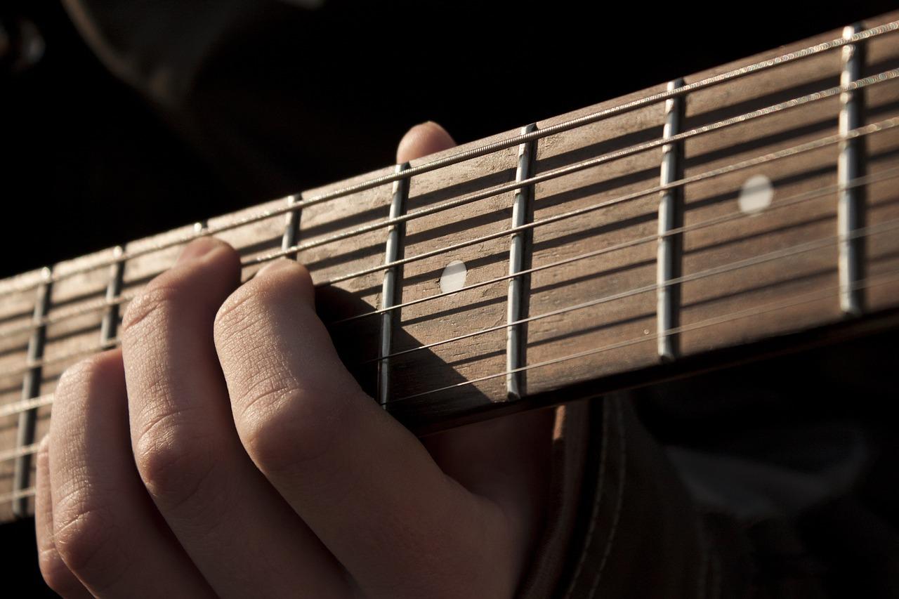 アコギの演奏は手が小さい人でも不向きではない!練習法がポイント