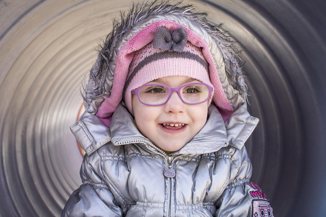 眼鏡が必要になる視力の基準とは?こどもは?眼鏡に頼り過ぎないで