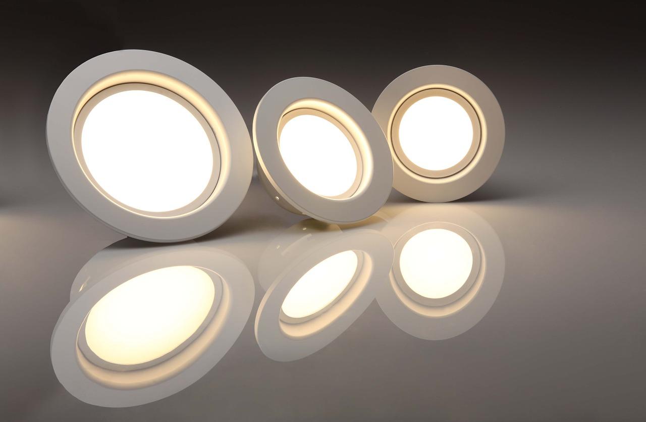 夏の光に寄る虫の数を減らすには、LEDの電気に交換するだけ!