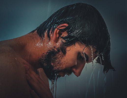 朝のシャワー!髪の毛への影響ってあるの?