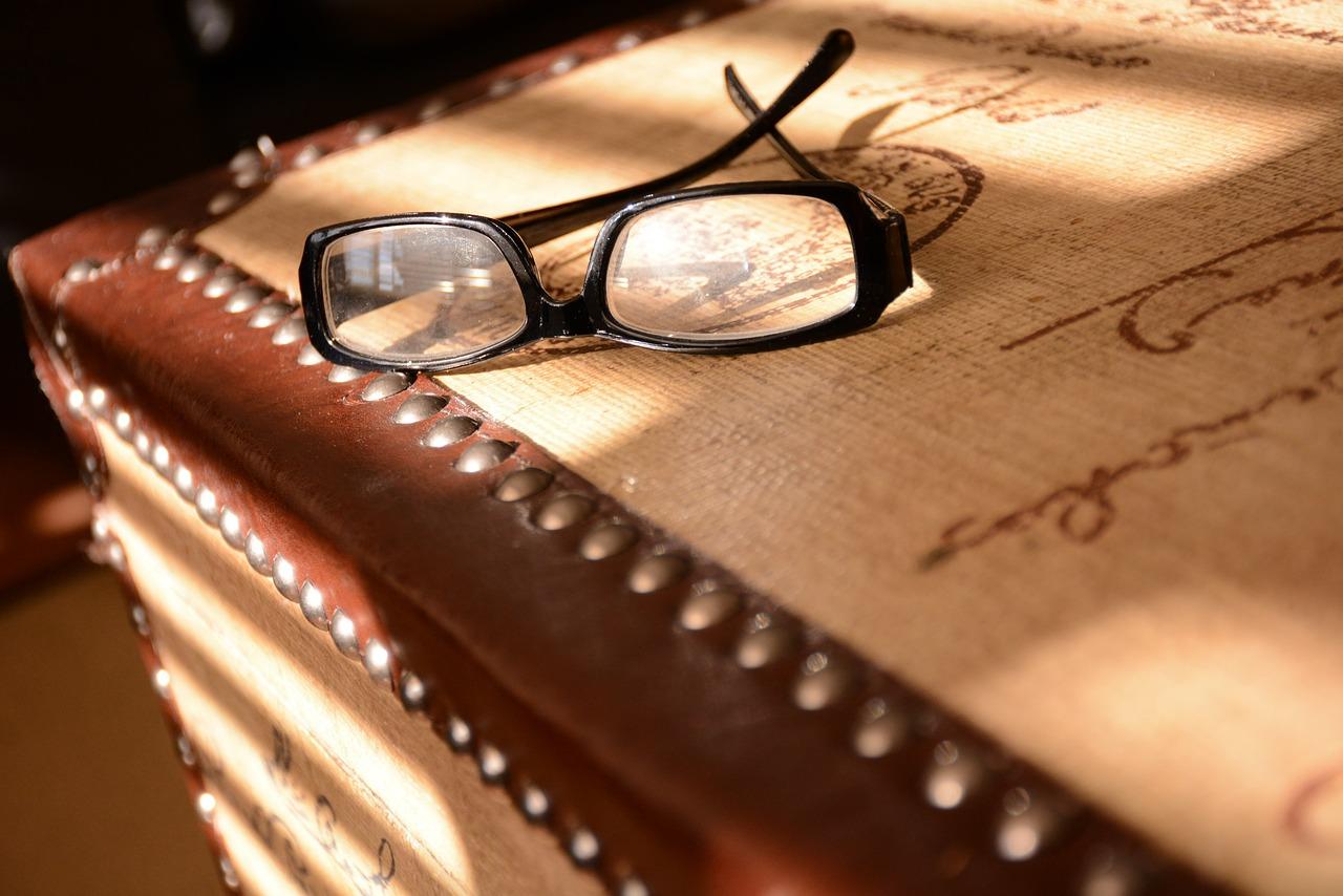 コンタクト装着のままメガネを同時使用すると目に与える影響は?