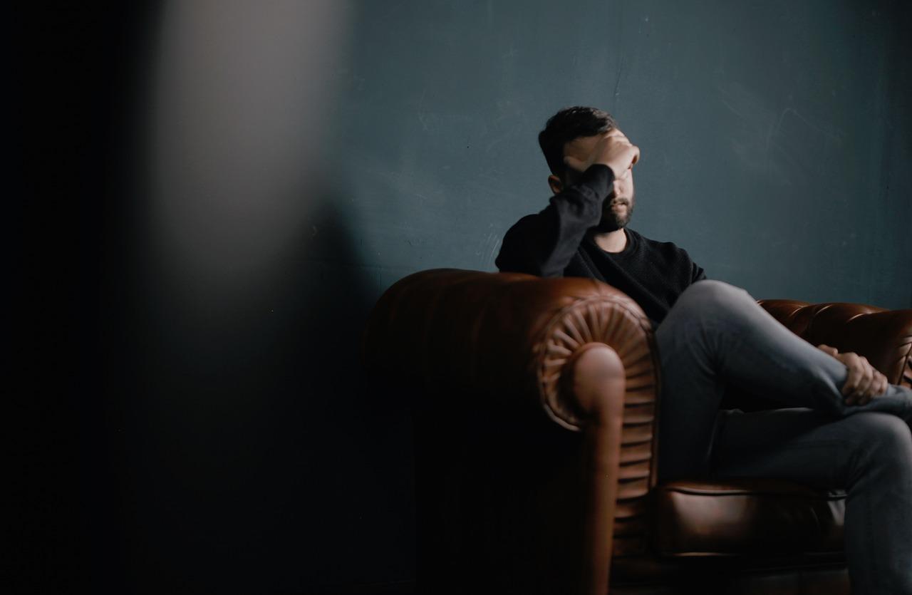 夜になると頭痛が始まり吐き気を伴う場合の原因や病気の疑いは?