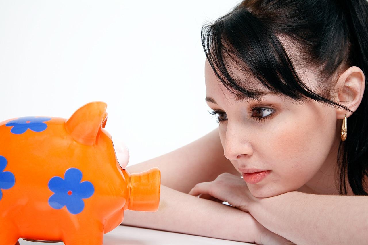 一人暮らしの貯金の目安!平均いくらある?毎月の生活費…必要金額は