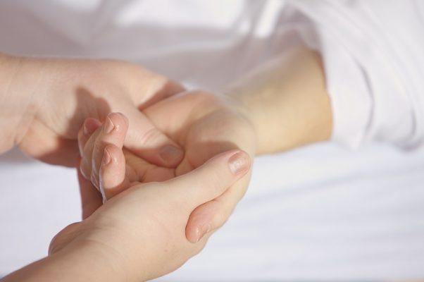 ばね指の手術は保険適用?生命保険は?