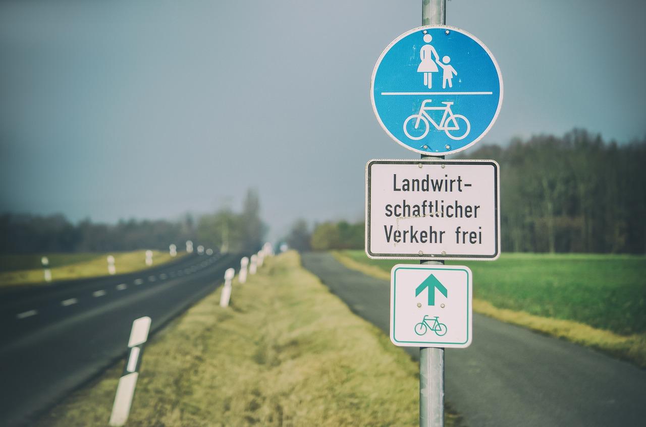 自転車に注意!歩道を逆走…これってマナー違反?正しい走行ルールは